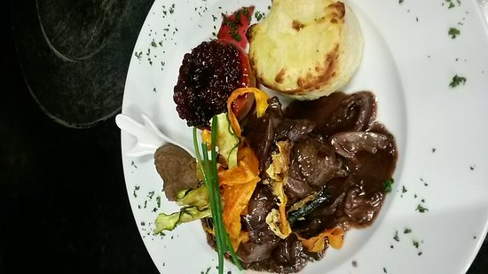 Vorst, Belgia: Gambas roses sur bouquet des légumes, Filet pur de Biche, sauté des pleurotes et sa purée de mar