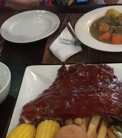 Tropical Murphys Irish Pub & Restaurant : Огромные рёбра в кетчупе