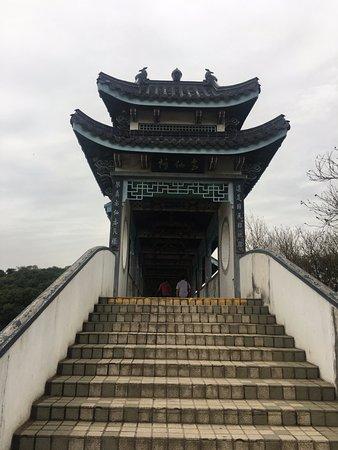 Taihu Yuantouzhu Scenic: The bridge on the island