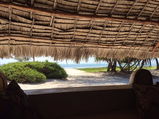 Hakuna Majiwe Beach Lodge: Looking out toward the beach from the bar