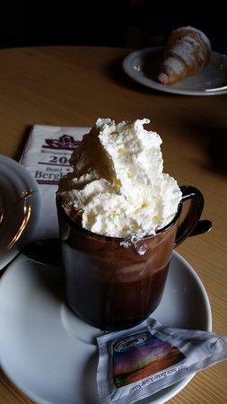 Hotel Bergkristall Restaurant: Cioccolata e panna