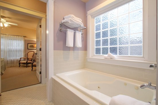 Waverly Suite Jetted Tub - Picture of Beach Spa Bed and