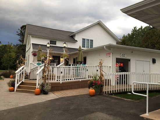 Julie's Park Cafe & Motel: Great Moreland location at reasonable prices!
