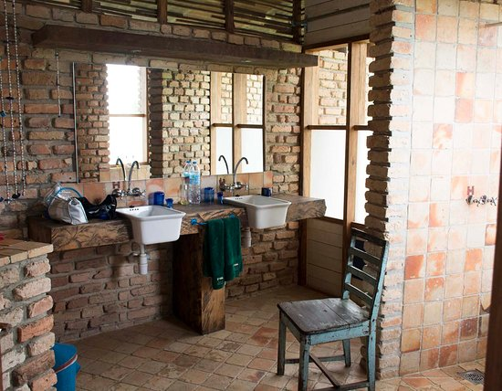 Kyambura Gorge Lodge: Interesting bathrooms