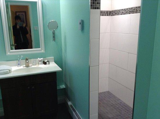 Salle de bain super moderne avec une tr¨s grande douche sans porte