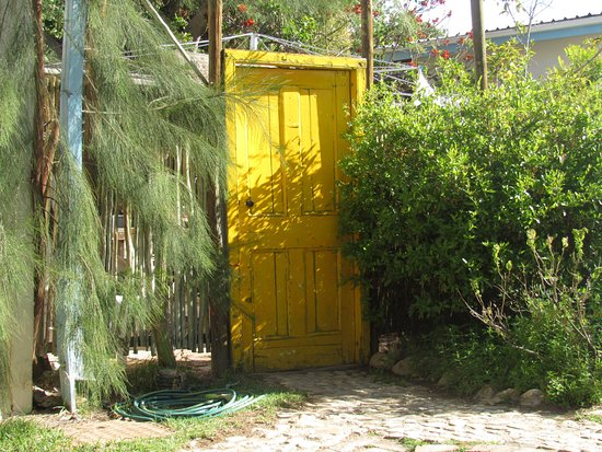Prince Albert, Sydafrika: At the back of the garden ........ behind the yellow door???