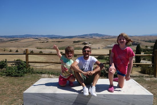 Peccioli, Italie : Tuscan countryside with our tourguide Lucca and our two girls