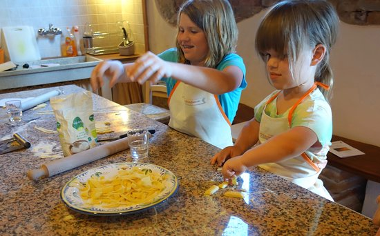 Peccioli, Italia: Making homemade pasta