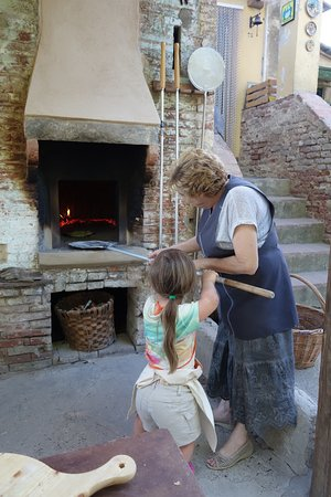 Peccioli, Italia: Wood-burning oven- Pizza making class