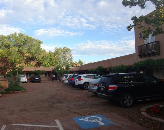 Old Santa Fe Inn : Car parking in the inner courtyard