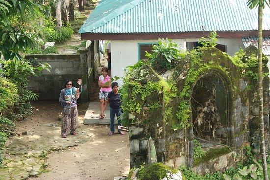 Visayas, Filipinas: School beside the church.