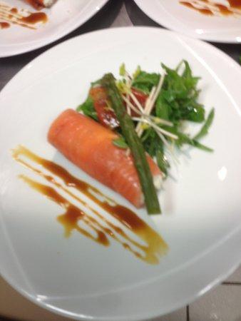 Lingolsheim, Frankreich: Cannelloni de saumon mariné à la picota et pointe d'asperge verte.