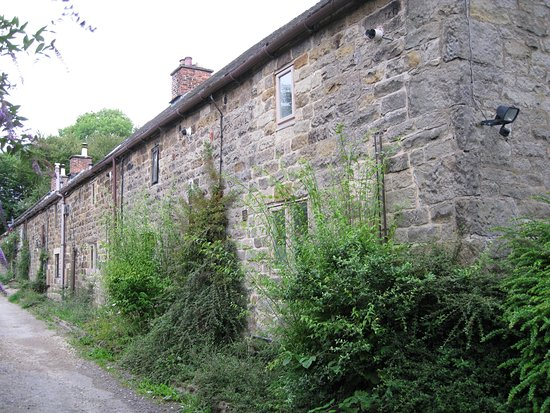 Matlock, UK: Cottages near the millpond at Lumsdale