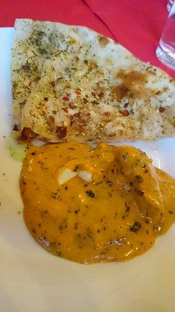 Tamarin Indian Restaurant Bathurst: Chilli naan bread (quarter) and pepper chicken