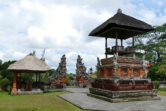 Mengwi, Indonesia: In der Tempelanlage von Taman Ayun