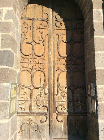 """Orcival, Francia: Porte sud de la Basilique, d'époque, pratiquement """"fossilisée """""""