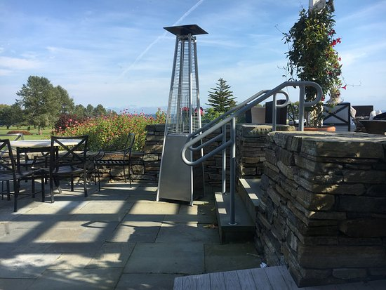 Rockport, ME: Swonderful restaurant with great views , excellent service and extremely good food.  We stopped