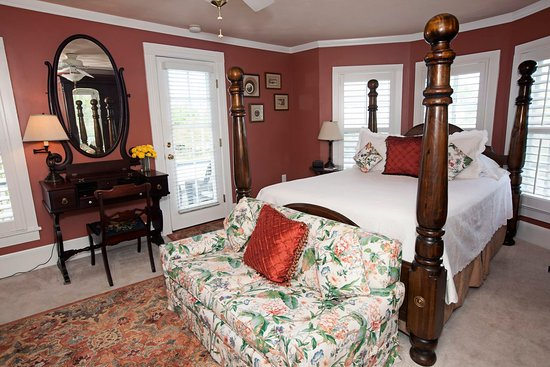 The White Doe Inn Bed & Breakfast: Raleigh Room with Queen Bed, Fireplace and Balcony.