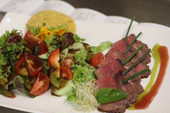 Forchheim, Alemania: Salat  mit gebratenem Roastbeef und Parmesanchip