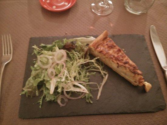Dieffenthal, Francia: Vorspeise: Zwiebelkuchen mit Salatbeilage