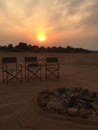 Chiredzi, Zimbabue: Sundowners on the riverbed 'beach'