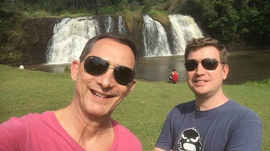 Complexo Turistico Veu da Noiva: Parque municipal com uma bonita cascata. Uma pena que esteja em estado precário de conservação..