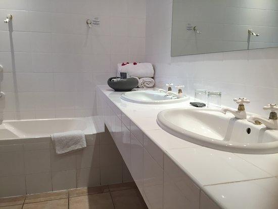 Redbourne Country Lodge: gedateerde badkamer