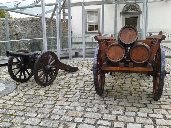 County Meath, أيرلندا: Kanone plus Pulverwagen