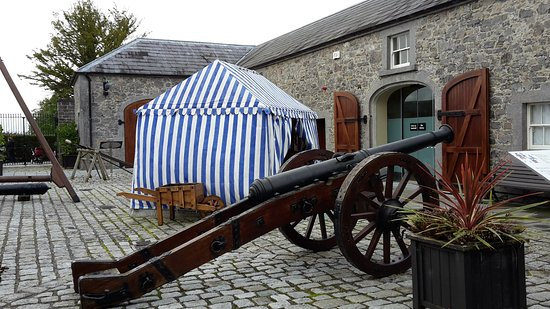 County Meath, أيرلندا: Innenhof mit Marketenderzelt
