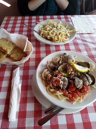 Poulsbo, Ουάσιγκτον: Clam Linguine and Fettuccine Alfredo with Chicken