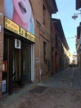 Dozza, إيطاليا: Ristorante visto dalla piazza!