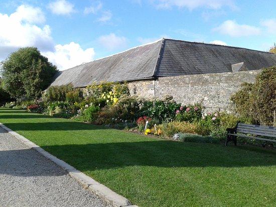Condado de Dublin, Irlanda: Schlossteil mit Blumenrabatten