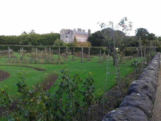 County Dublin, Irlandia: Schloss, vom Rosengarten aus