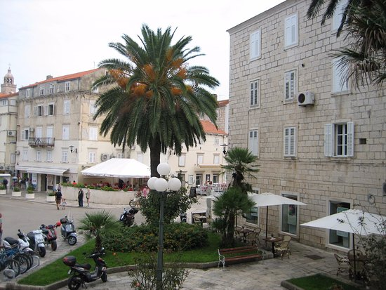 Korcula Royal Apartments: Great square to hang out anytime!