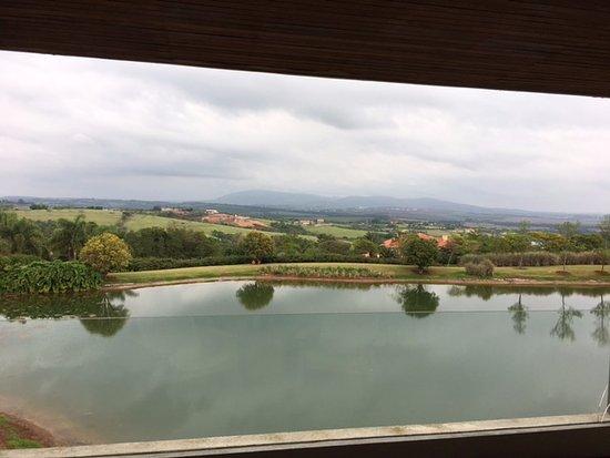 Porto Feliz, SP: Varanda com vidro quebrado à direita