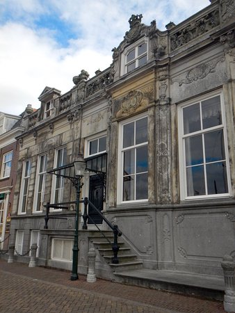 Enkhuizen, The Netherlands: Our,guide made sure we stopped and checked this house out.  Beautiful historic house in such a q