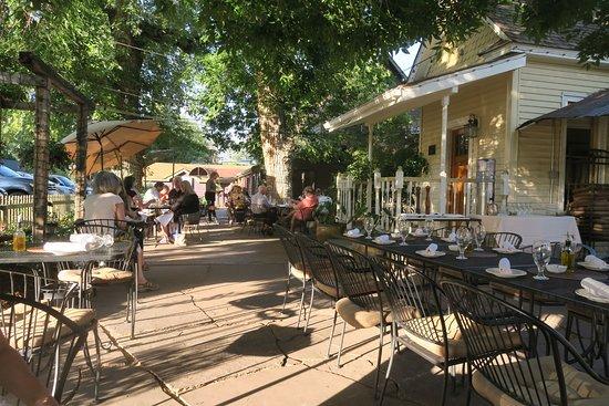 Niwot, Колорадо: The terrace setting - really nice