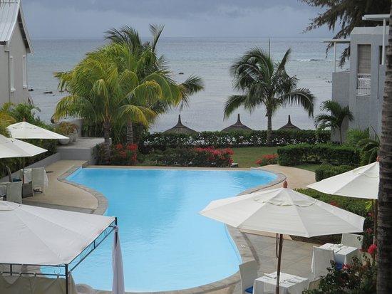 vue de la piscine vers la plage bild fr n voile bleue. Black Bedroom Furniture Sets. Home Design Ideas