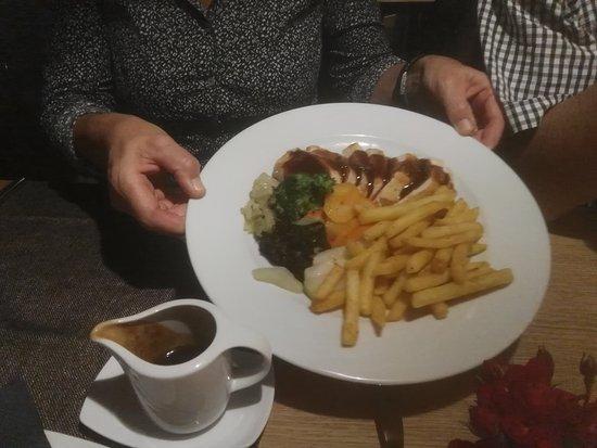 Paspels, Svizzera: Poulet vom Grill mit Pommes