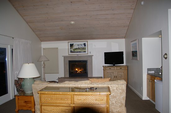 Little River Inn: Coombs Cottage - gas fireplace