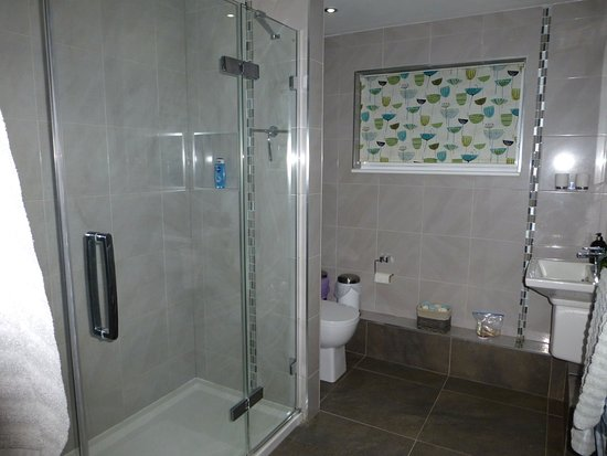 Thaxted, UK: Large bathroom with huge shower with multi-level heads