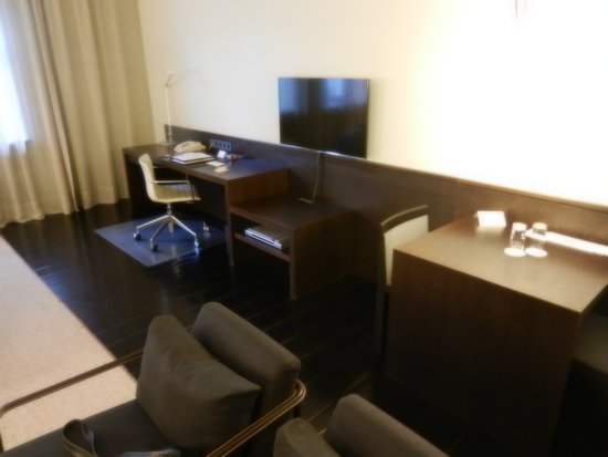 Hotel Bergs: Desk, Table and TV