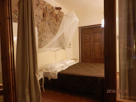 Buggiano Castello, İtalya: Bedroom and the exit to the private garden.
