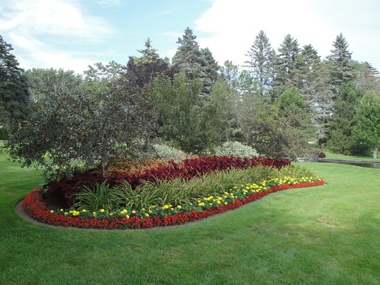 Manitowoc, WI: Another well manicured garden bed