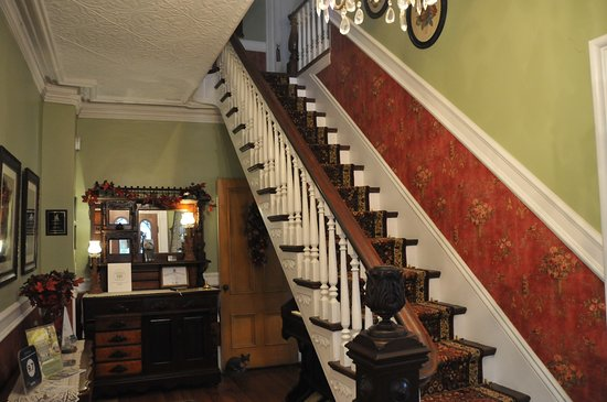 Granville Ferry, Canadá: Front entrance - Stairway to bedrooms on second floor