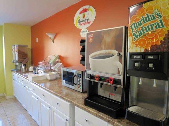 Δυτικό Haven, Κονέκτικατ: Breakfast room - very basic, no waffles
