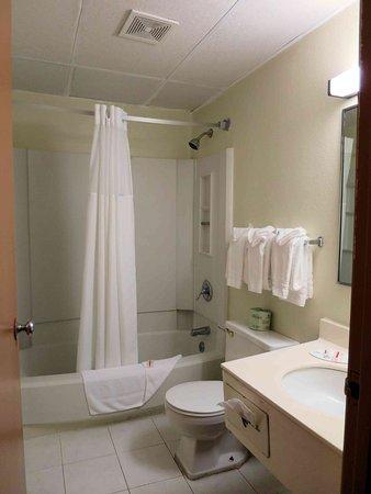 West Haven, CT: Bathroom in Room 108 - leaky sink, gungy bathtub