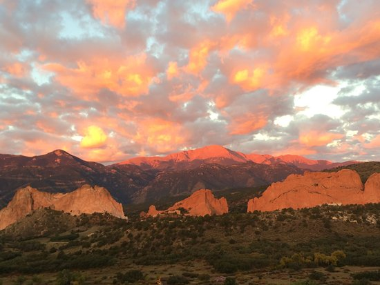 Garden of the Gods Club and Resort: Sunrise - taken from the balcony of my room - no photo shop folks!