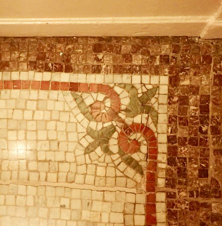 Alexander Inn: Tile work in the elevator lobby