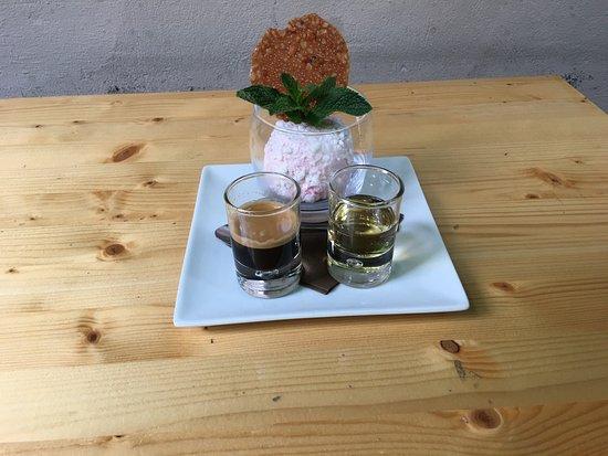 Aarschot, Belgia: Super bon de la glace vanille avec expresso et un liqueur aux noisettes